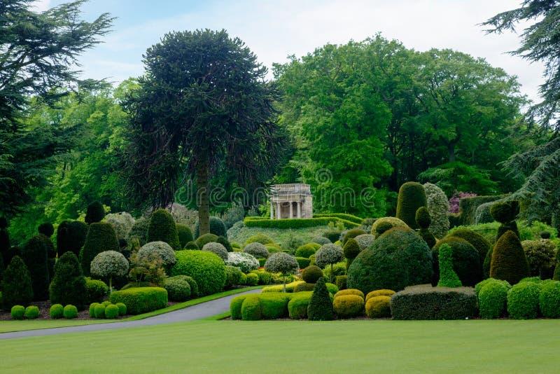 Jardín del Topiary con locura clásica del estilo del templo fotos de archivo