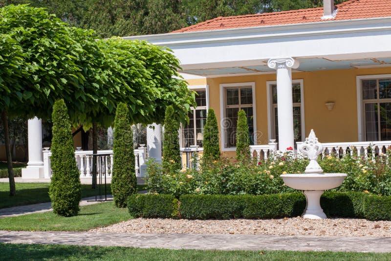 Jardín delante de una casa del chalet imagenes de archivo