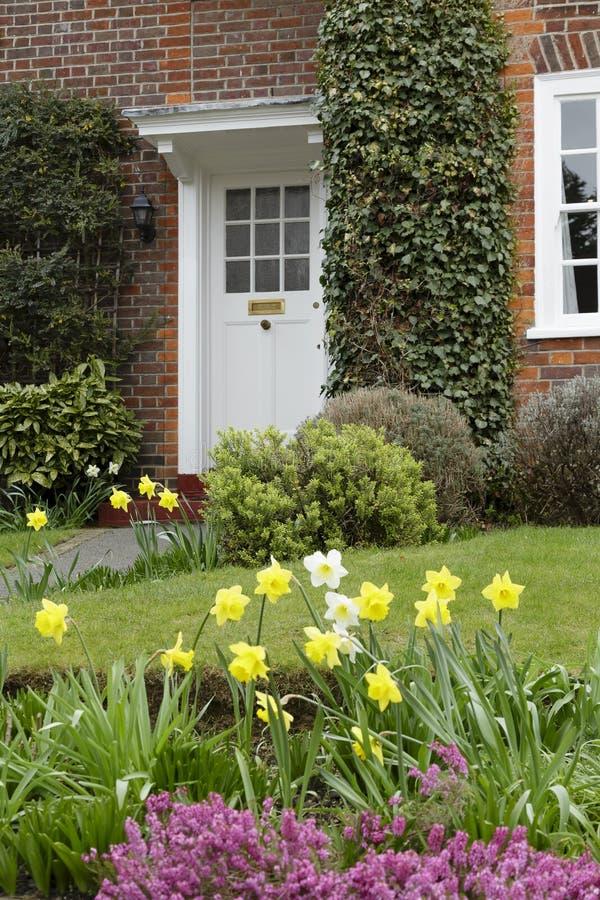 Jardín delantero de una casa fotografía de archivo