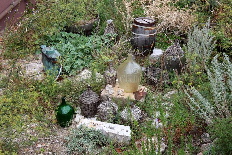 Jardín demasiado grande para su edad con los barriles de madera múltiples y los barriles de vino viejos grandes en los bloques de foto de archivo libre de regalías