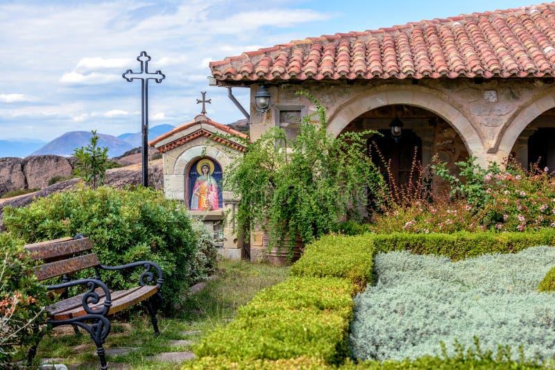 Jardín en el monasterio de Meteora en Grecia foto de archivo libre de regalías