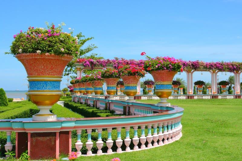 Jardín enorme hermoso imagenes de archivo