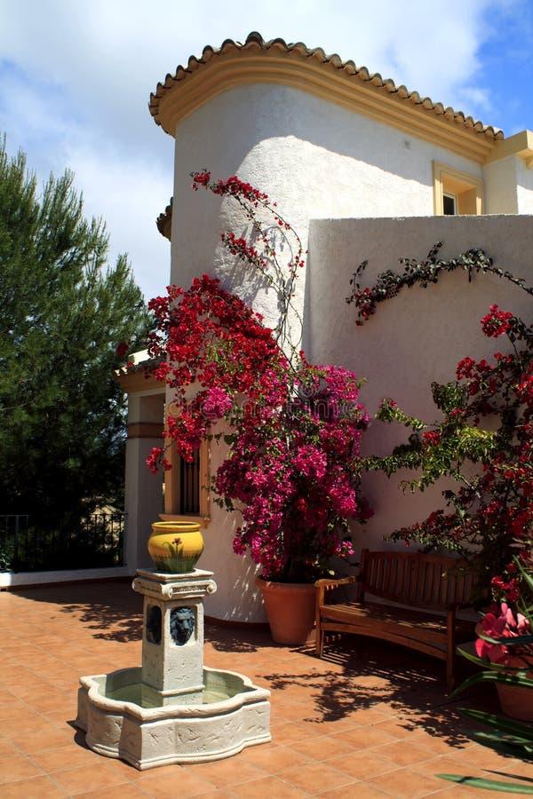 Jardín español del patio imagenes de archivo