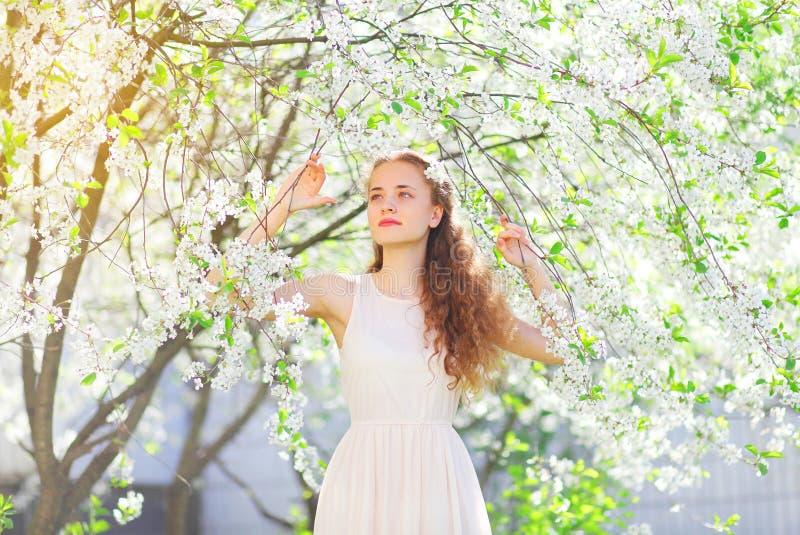 Jardín floreciente de la primavera joven hermosa del girlin imágenes de archivo libres de regalías
