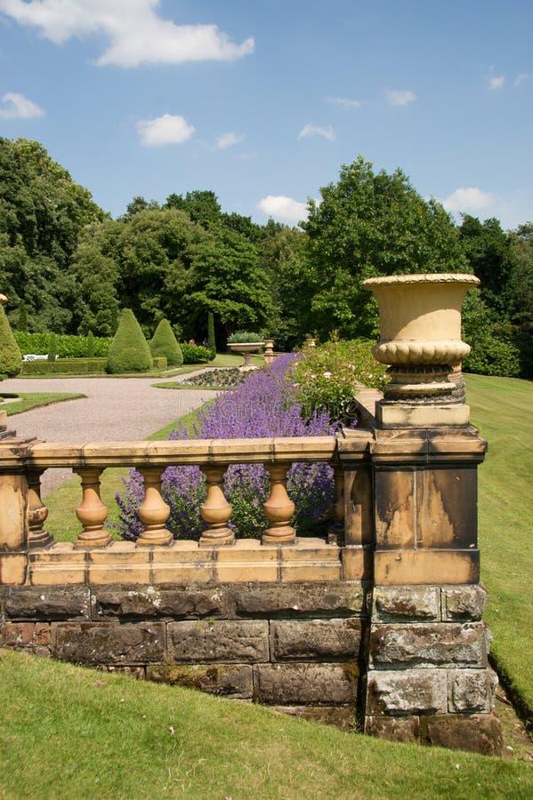 Jardín formal con la barandilla fotos de archivo libres de regalías