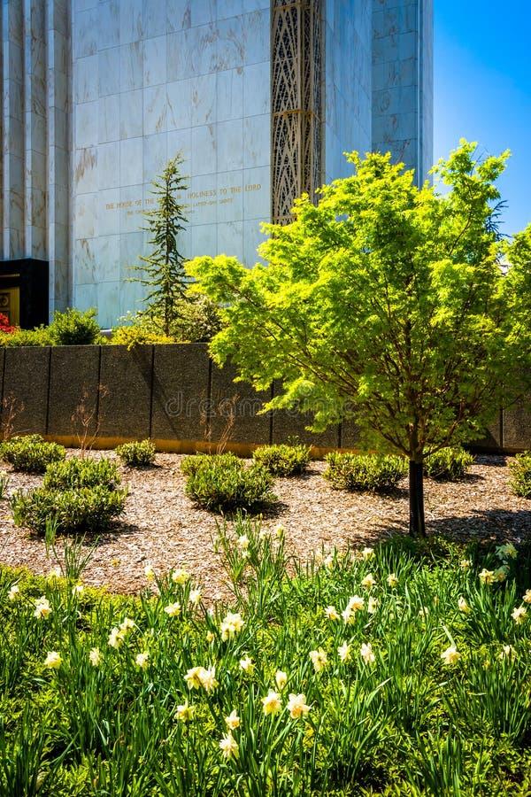 Jardín fuera del templo mormón del Washington DC en Kensington, mA imagen de archivo