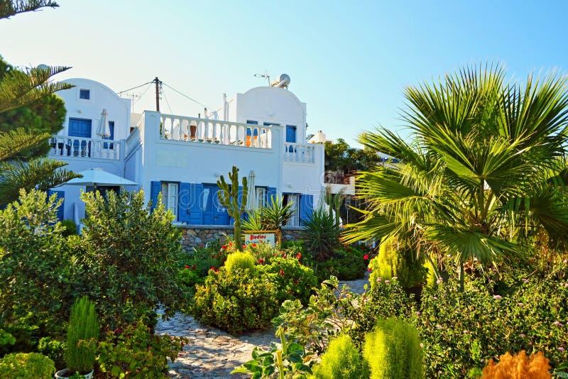 Jardín griego hermoso Cícladas del verde de la casa imagen de archivo