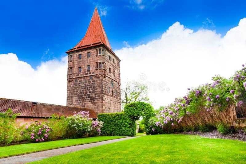 Jardín hermoso con la torre en Kaiserburg, Alemania fotografía de archivo libre de regalías