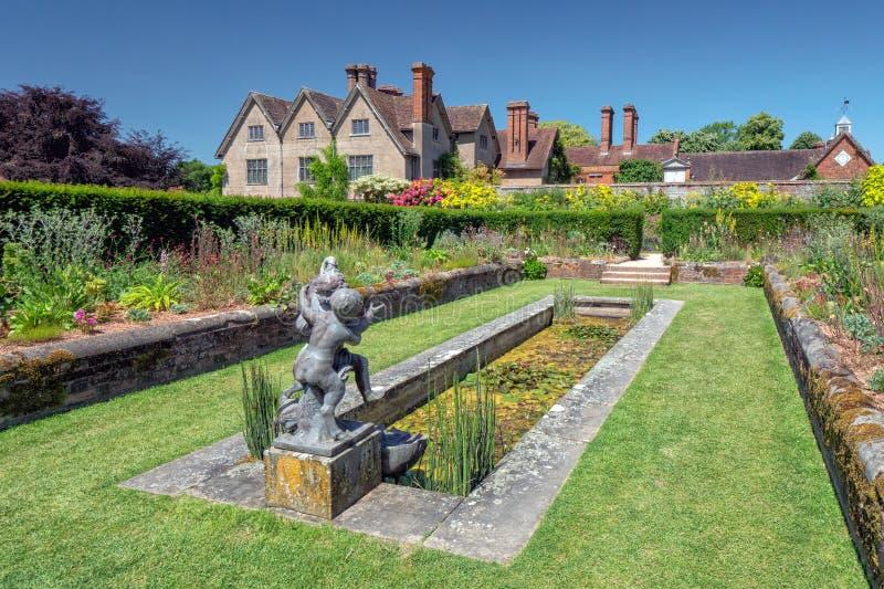 Jardín hundido y piscina, casa de Packwood, Warwickshire, Inglaterra imagenes de archivo