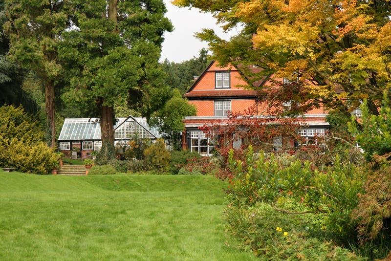 Jardín inglés de la casa y del país imágenes de archivo libres de regalías