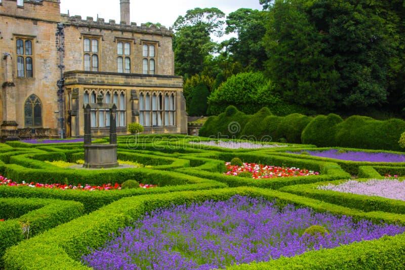Jardín inglés y una casa fotografía de archivo