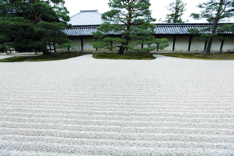 Jardín japonés del ZEN con la piedra en la arena, Kyoto Japón imágenes de archivo libres de regalías