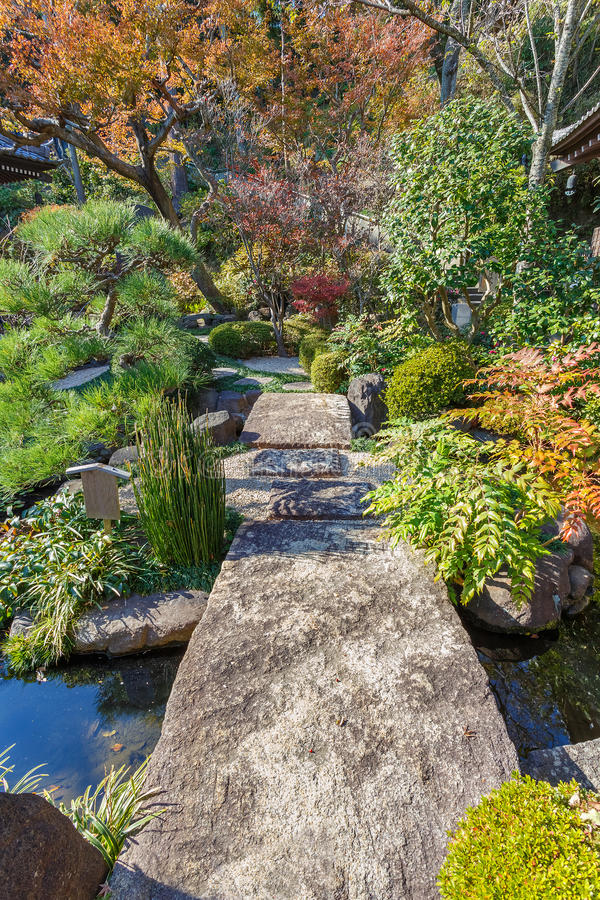 Jardín japonés en el templo de Hasedera en Kamakura foto de archivo