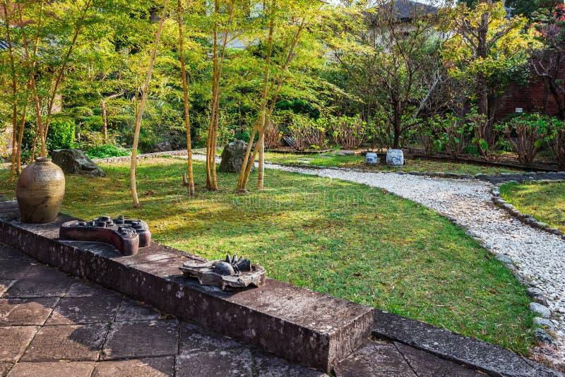 Jardín japonés en el templo de Kofukuji en Nagsaki fotos de archivo
