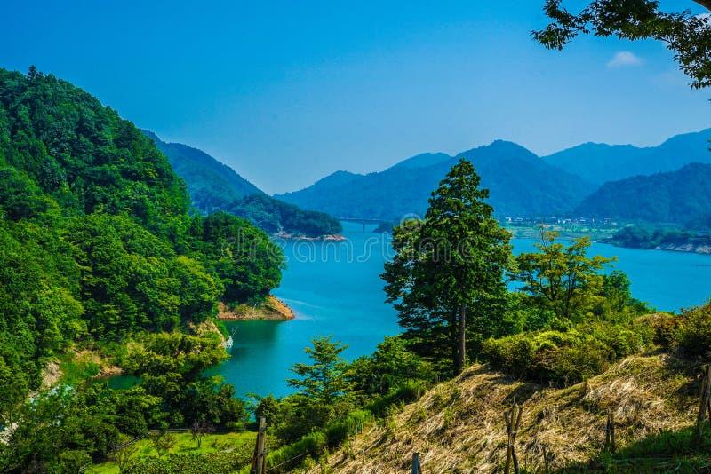 Jardín Kanagawa de la orilla del lago de la presa y de Gen Torii de Miyagase fotos de archivo libres de regalías