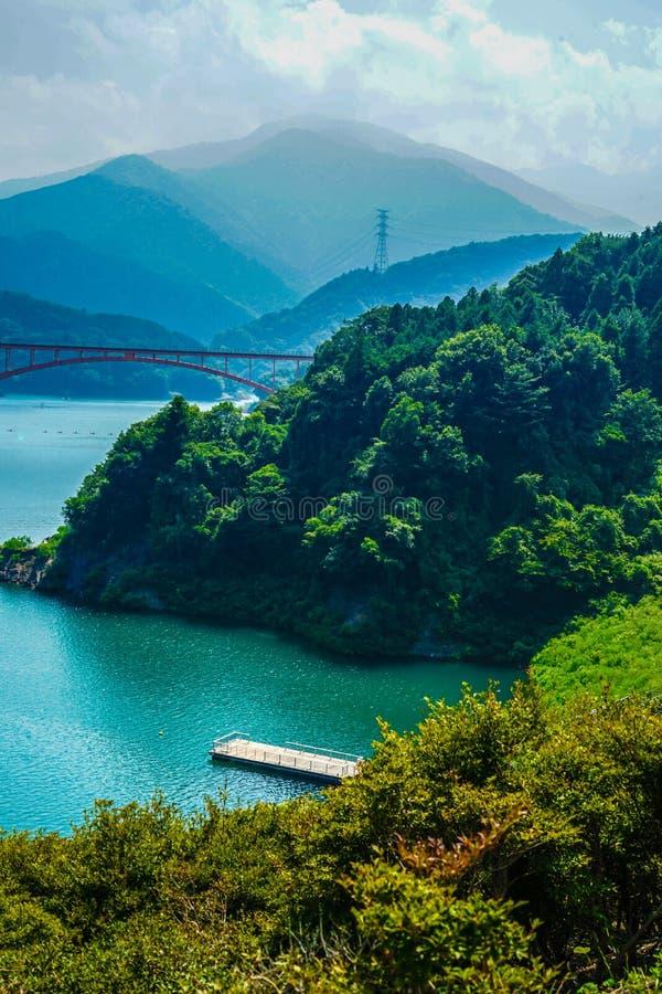 Jardín Kanagawa de la orilla del lago de la presa y de Gen Torii de Miyagase foto de archivo libre de regalías
