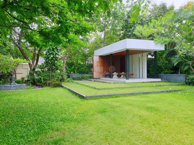 Jardín lujoso para descansar en el área de la casa fotografía de archivo