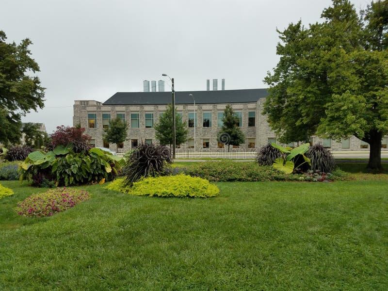 Jardín moderno y céspedes verdes imágenes de archivo libres de regalías