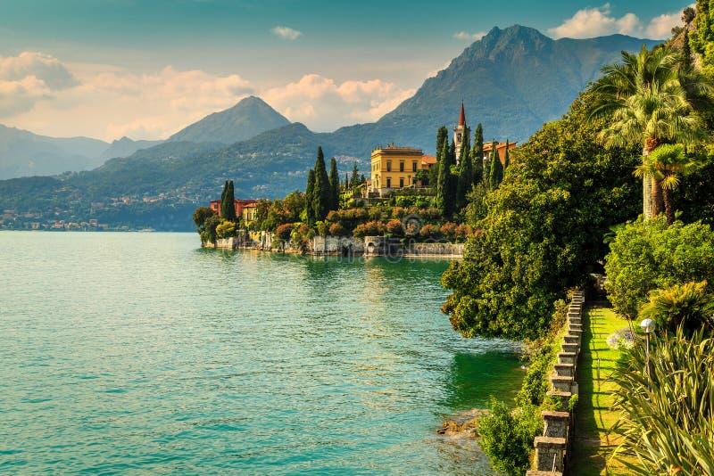 Jardín ornamental y chalet Monastero en el fondo, lago Como, Varenna foto de archivo libre de regalías