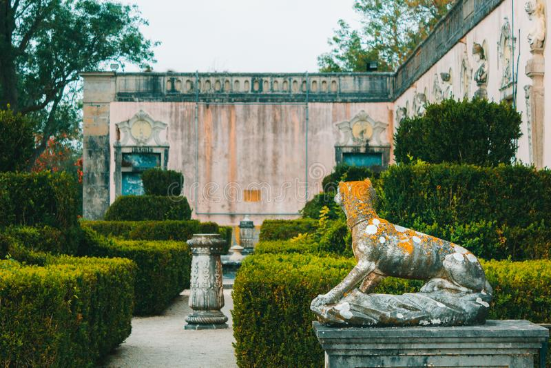 Jardín público con la estatua del perro del palacio de Marquis de Pomba imagen de archivo libre de regalías