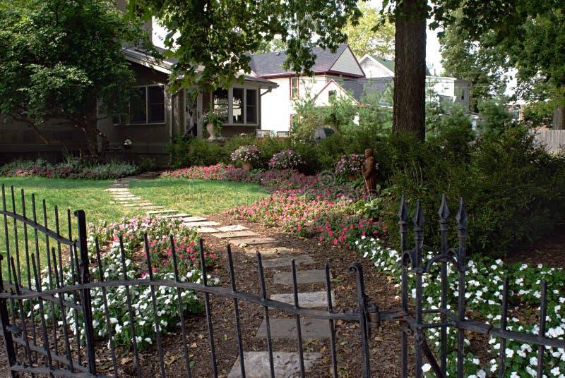 Jardín privado del patio trasero fotos de archivo