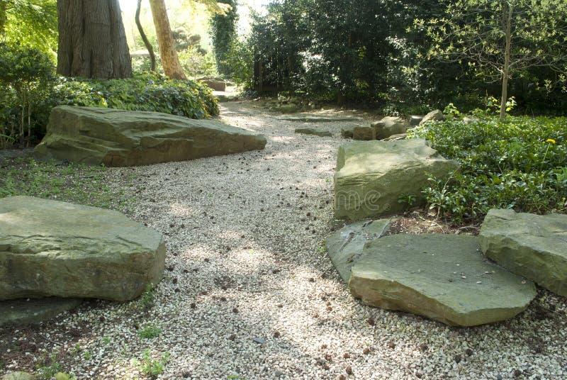 Jardín rocoso con la luz filtrada a través del toldo foto de archivo libre de regalías