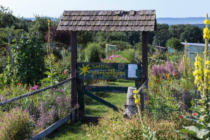 jardín rural de la cabaña en el día de verano caliente de garte de julio y de las letras fotos de archivo
