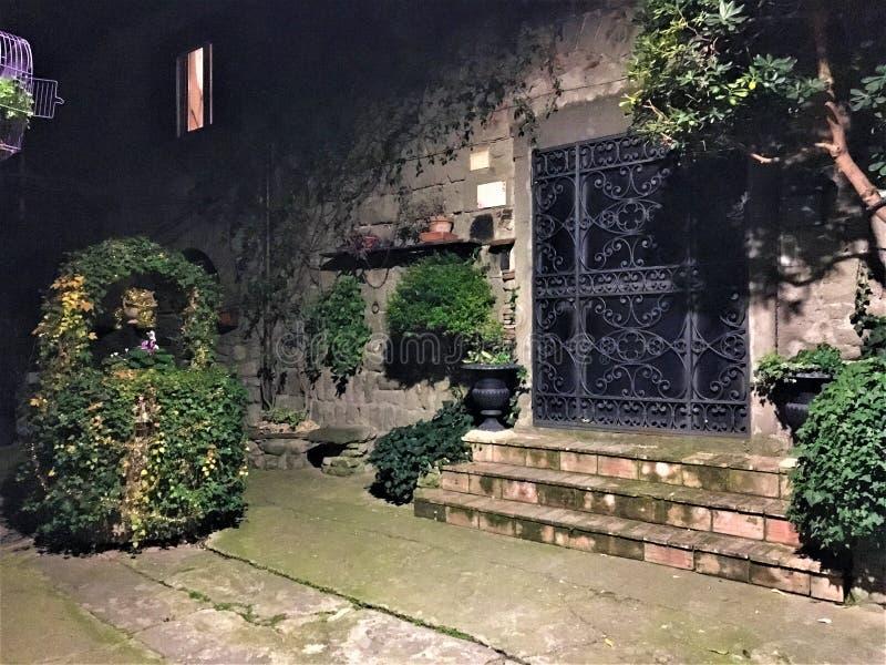 Jardín secreto, pozo de piedra e hiedra, cuento de hadas imagenes de archivo