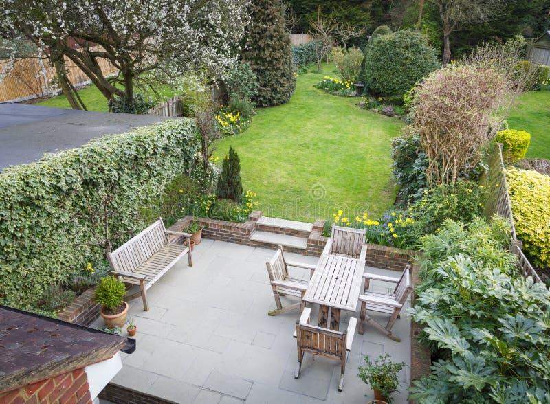 Jardín suburbano Reino Unido imagen de archivo