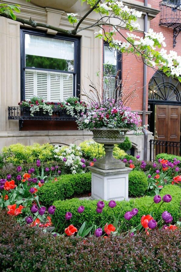 Jardín urbano hermoso imagenes de archivo