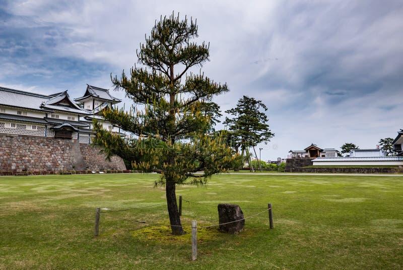 Jardín verde delante del castillo de Kanazawa fotos de archivo
