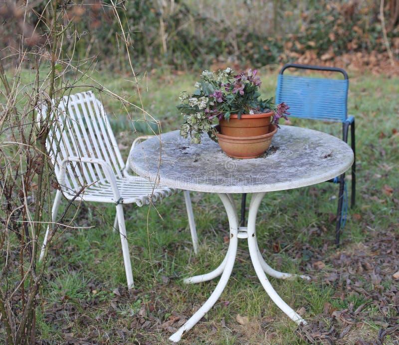 Jardín viejo con las sillas foto de archivo libre de regalías