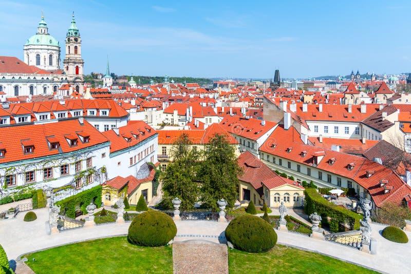 Jardín Vrtbovska en Praga Jardín barroco en terraza y vista a la ciudad más pequeña con la cúpula de la iglesia de San Nicolás, P imagenes de archivo