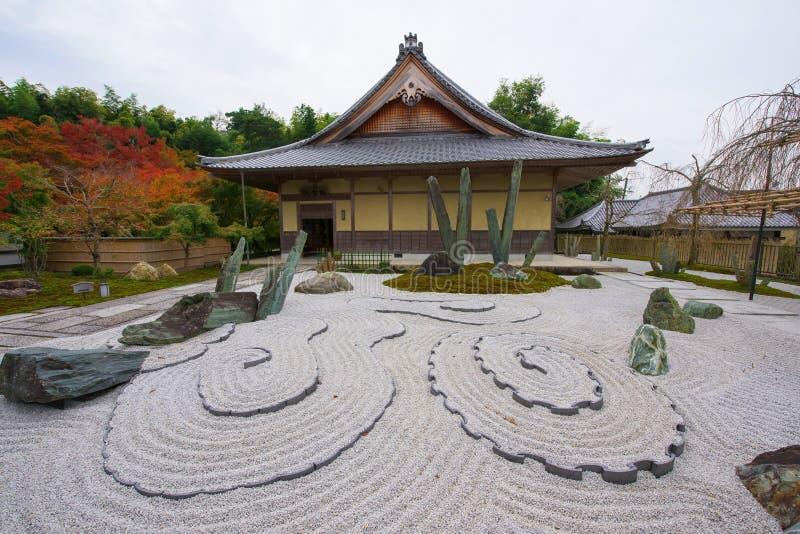 jardín y capilla de piedra en el templo de Enkoji en Kyoto imagenes de archivo