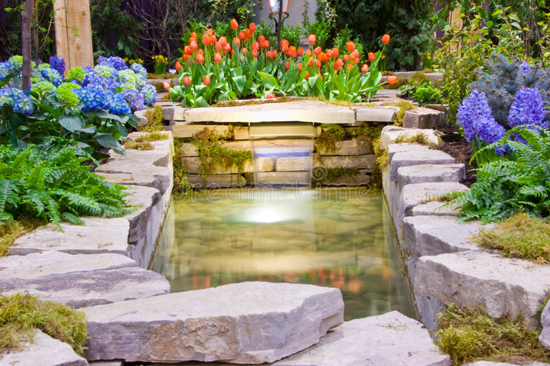 Jardín y cascada imagen de archivo