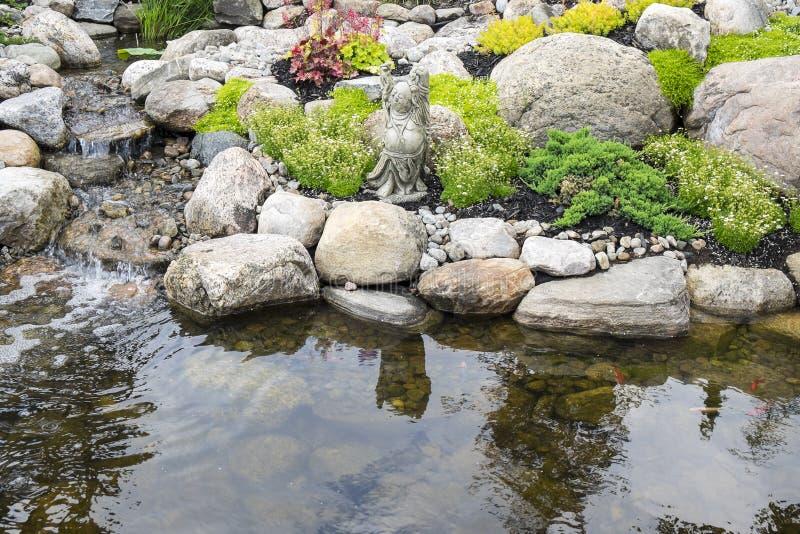 Jardín y charca tranquilos imagen de archivo libre de regalías