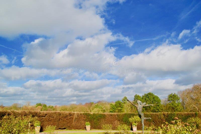 Jardín y el cielo grande imágenes de archivo libres de regalías