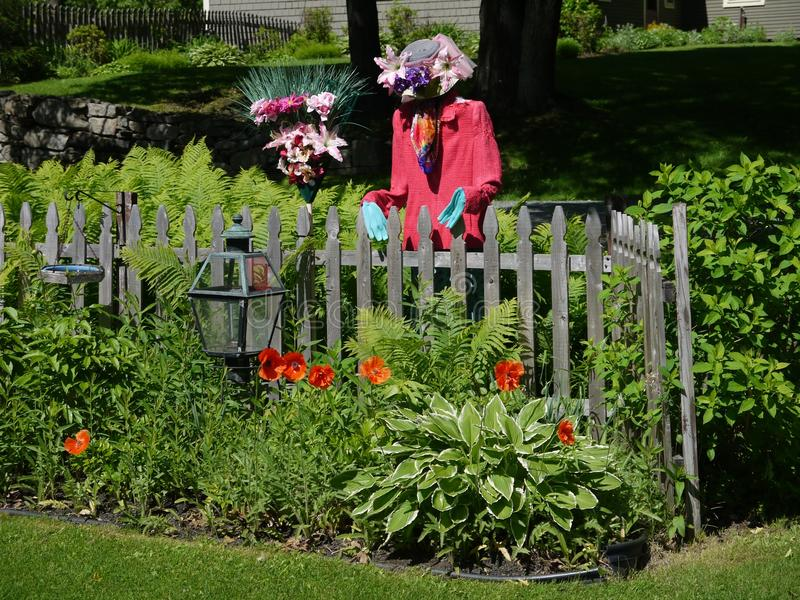 Jardín y espantapájaros foto de archivo
