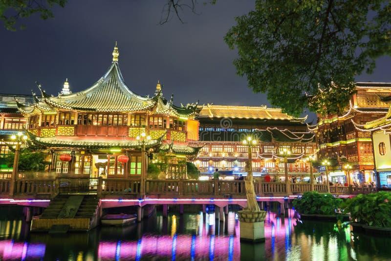 Jardín yuyuan hermoso de Shangai en la noche imagenes de archivo