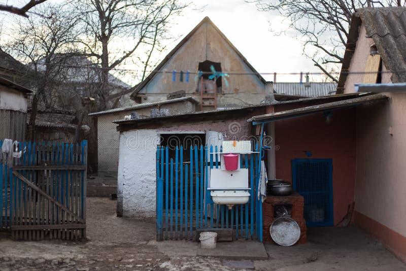 Jard stary wioska dom z błękita ogrodzeniem, obrazy stock
