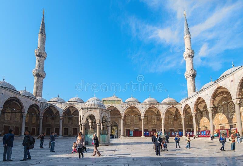 A jarda azul da corte da mesquita em um dia ensolarado. 20 de novembro de 2013 dentro imagem de stock royalty free