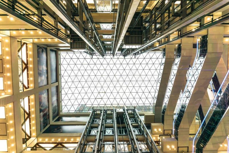 Jarda bem em um shopping ou em um centro moderno Olhe acima no teto de vidro, perspectiva fotografia de stock