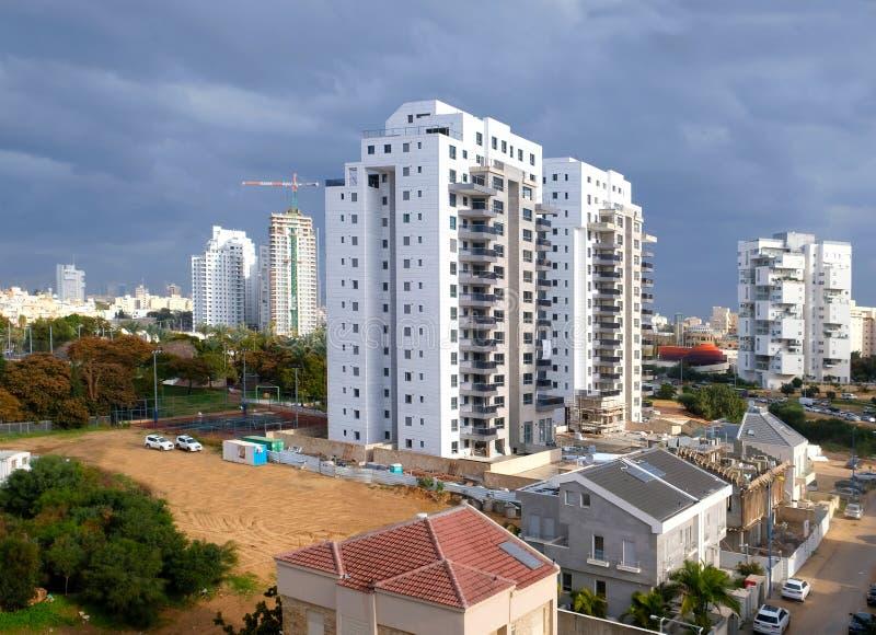 Jarda de construção da construção de habitações das casas em uma área nova da cidade Holon em Israel imagem de stock