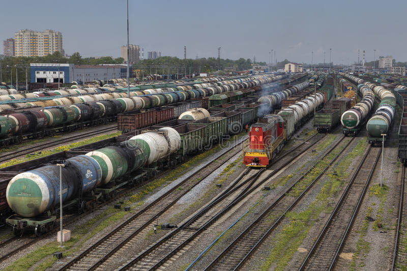 Jarda de desvio estacionada da estrada de ferro dos trens de mercadorias fotos de stock