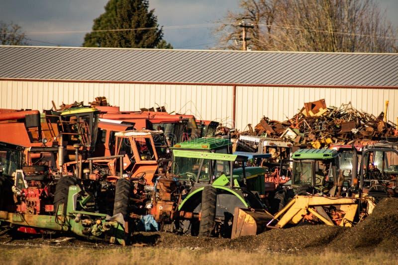 Jarda de sucata do trator no tangente Oregon foto de stock