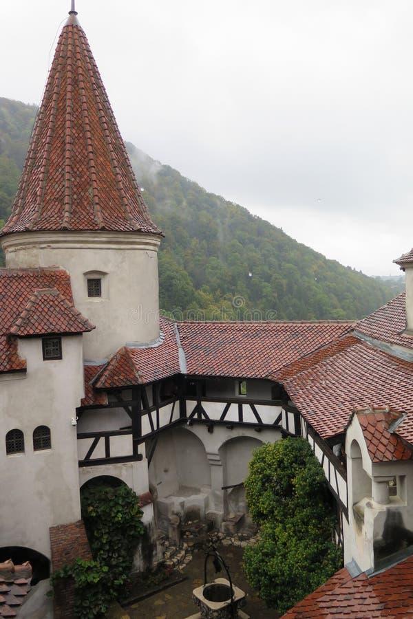 A jarda de um castelo fotos de stock royalty free