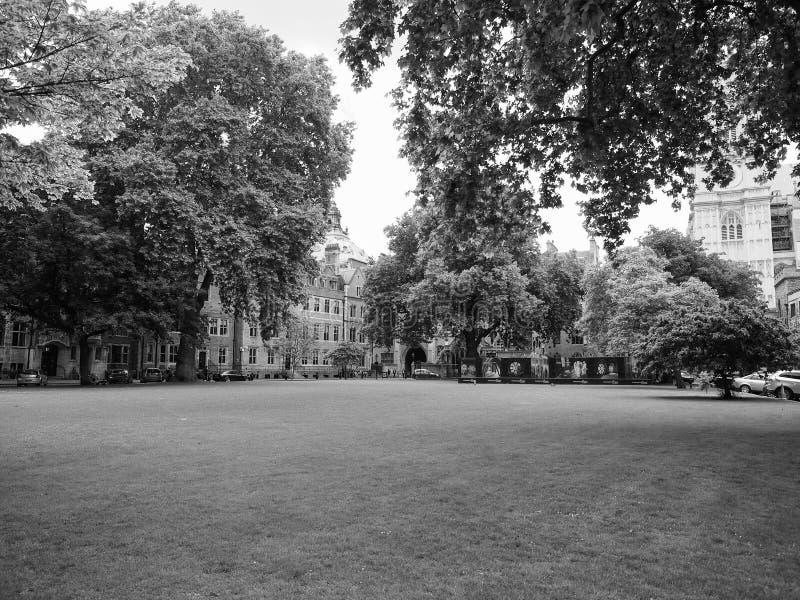 Jarda de Westminster Abbey Dean em Londres preto e branco foto de stock