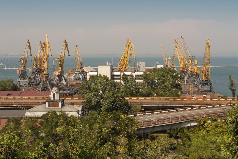 jarda do Navio-reparo Zona industrial do porto da carga do mar com secadores de grão, recipientes, guindastes e foto dos depósito fotografia de stock