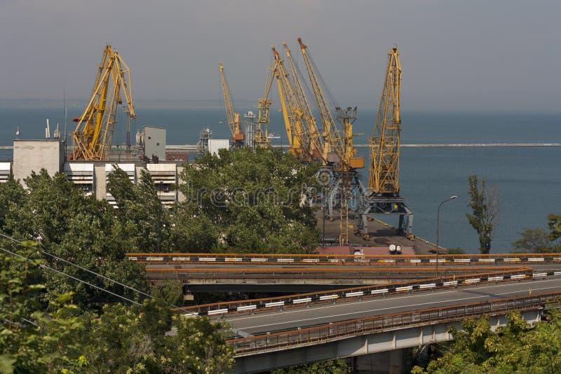 jarda do Navio-reparo Zona industrial do porto da carga do mar com secadores de grão, recipientes, guindastes e foto dos depósito fotos de stock