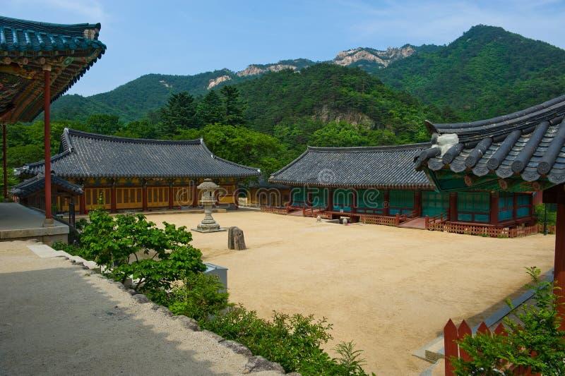 A jarda do templo budista de Sinheungsa em Seoraksan foto de stock royalty free